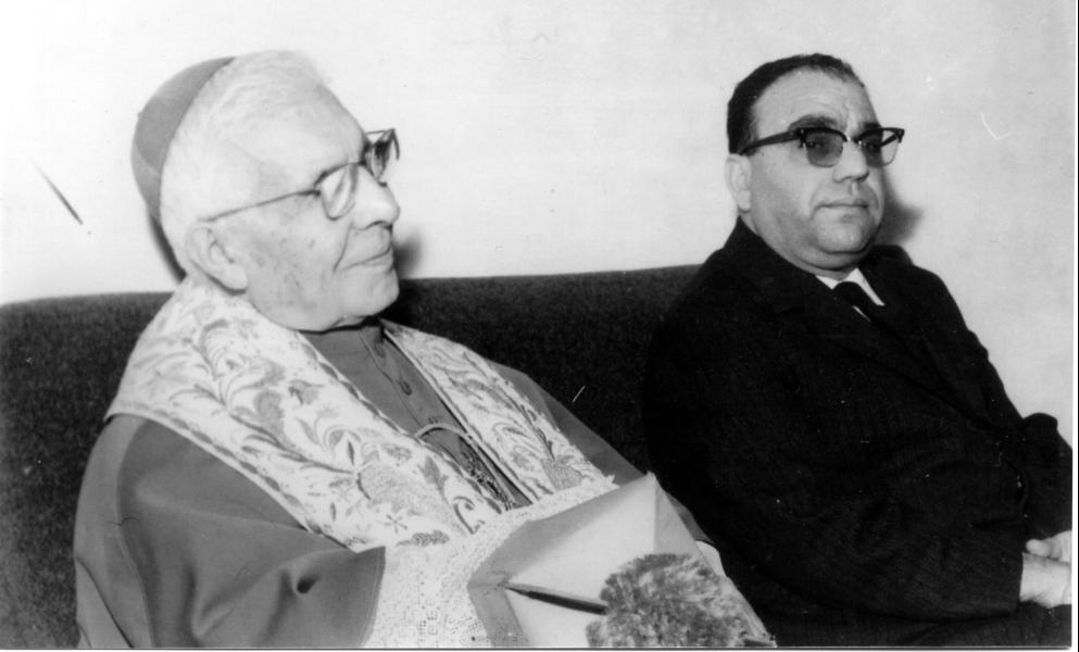 Sua Eccellenza l'Arcivescovo Demetrio Moscato in visita alla Scuola, con il Preside Luigi Fiorillo(Archivio della Scuola)