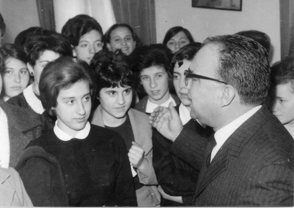 Il Preside Luigi Fiorillo, gli alunni e i docenti presenziano alla visita dell'Arcivescovo (Archivio della scuola)